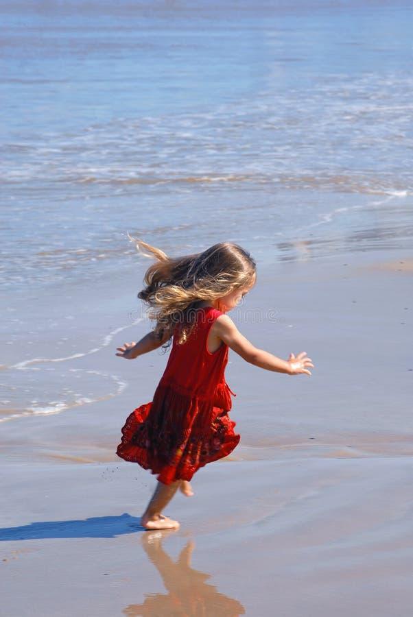 plażowej dziewczyny szczęśliwy bawić się zdjęcia stock