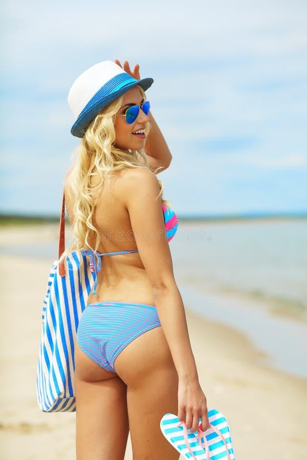 Plażowej kobiety ostry szczęśliwy zdjęcia stock