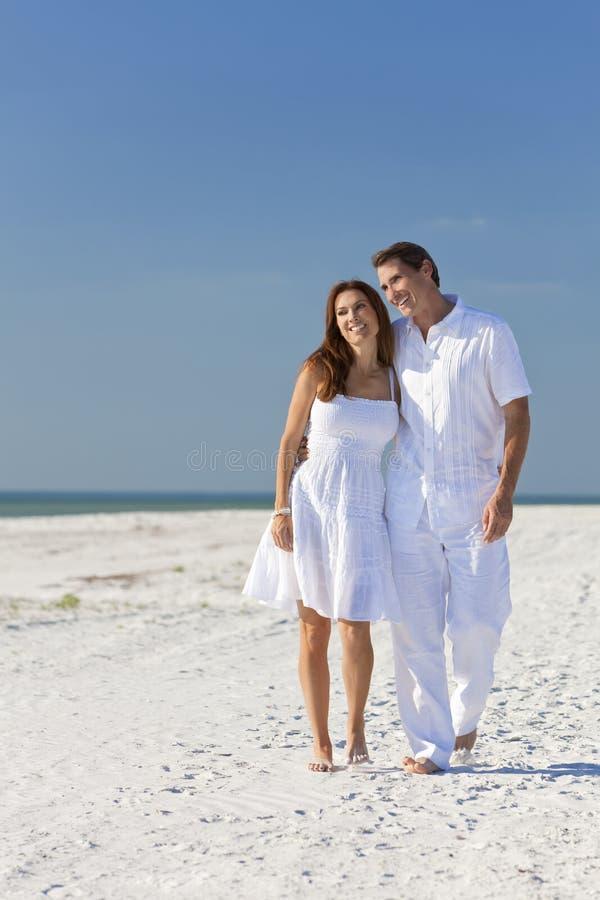 plażowej pary pusty romantyczny odprowadzenie fotografia stock