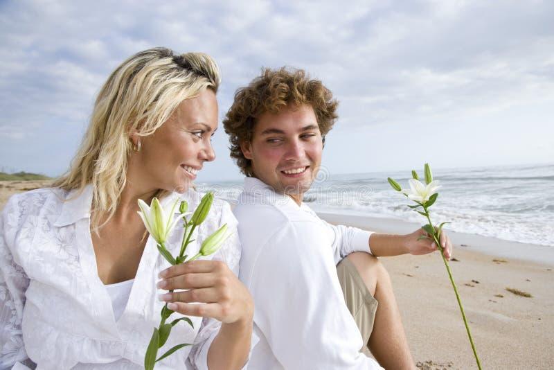 Download Plażowej Pary Szczęśliwi Ciężarni Relaksujący Potomstwa Zdjęcie Stock - Obraz złożonej z długość, femaleness: 13329776