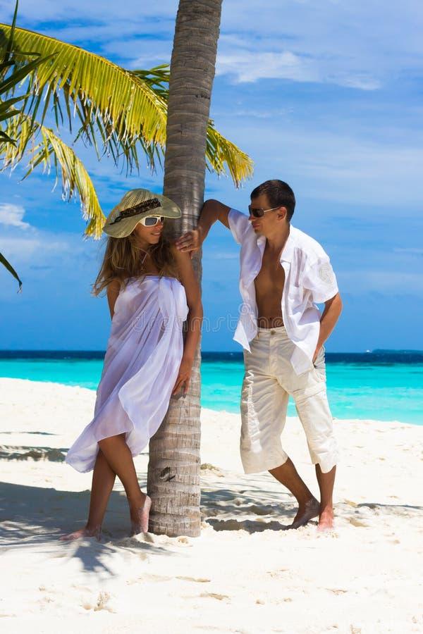 plażowej pary szczęśliwi potomstwa zdjęcie royalty free