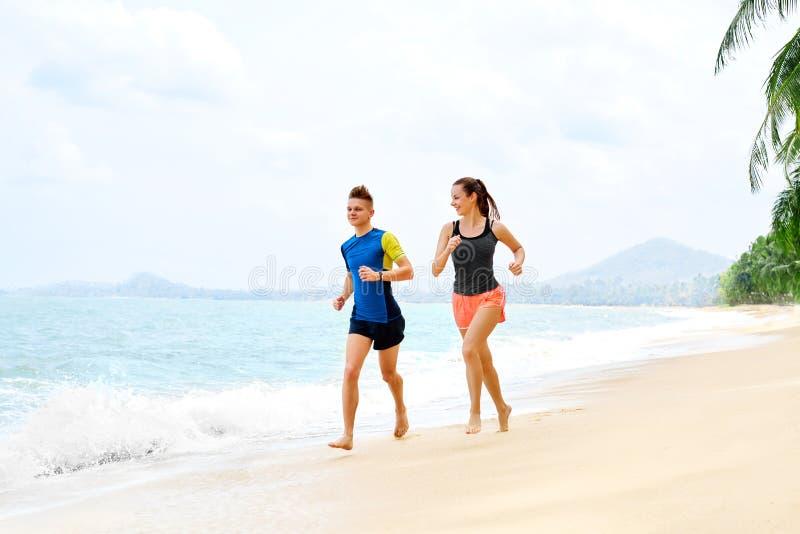 _ plażowej pary szczęśliwy bieg Sporty, sprawność fizyczna uzdrowiciel fotografia royalty free