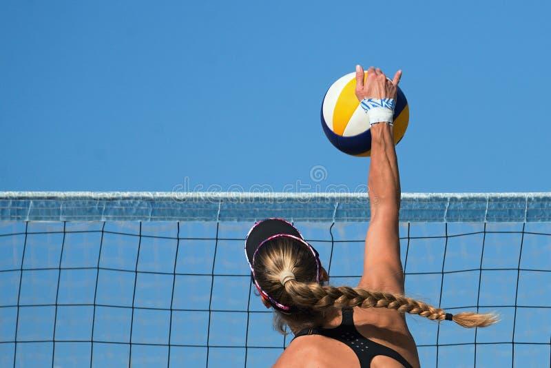 Plażowej siatkówki gracz skacze obraz stock