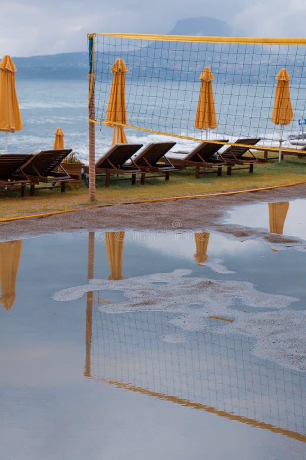 Plażowej siatkówki sąd zalewający z wodą zdjęcia stock
