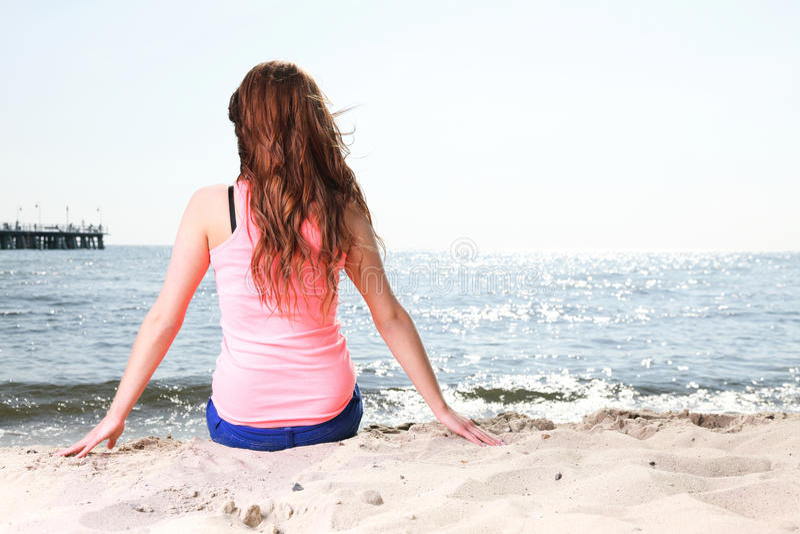 Plażowej wakacje kobiety lata słońca cieszy się siedzący piasek zdjęcie stock