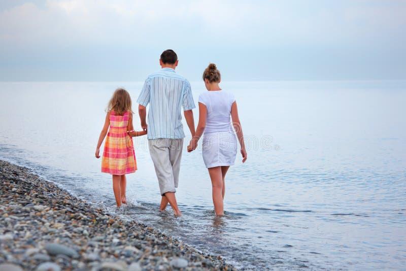 plażowej wieczór rodzinnej dziewczyny szczęśliwy spacer obrazy royalty free