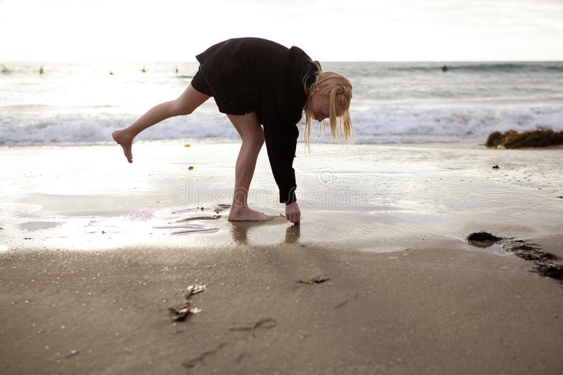 plażowej zbierackiej dziewczyny małe skorupy zdjęcie stock
