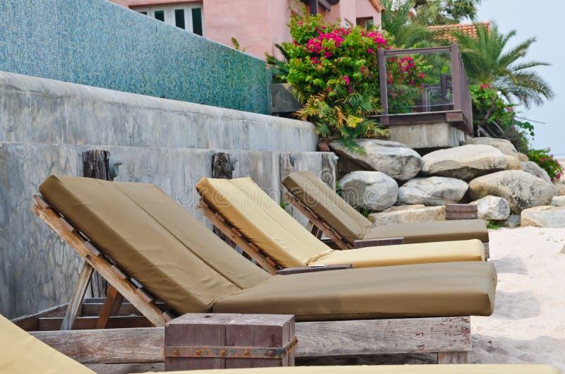 plażowi łóżka brązowić tropikalnego obraz royalty free
