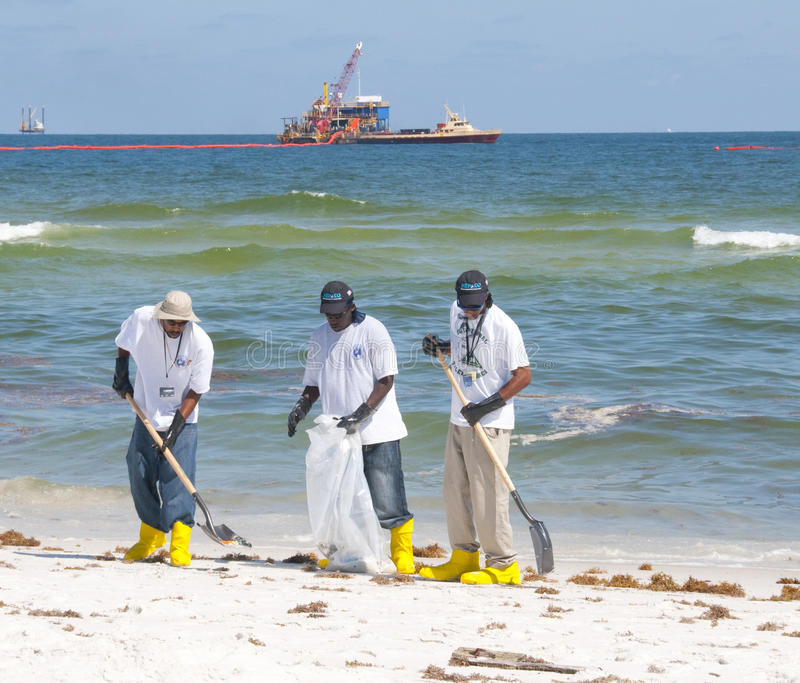 plażowi cleaning wyciek ropy pracownicy obrazy stock