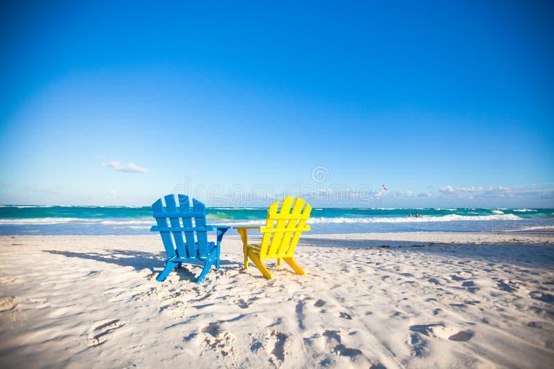 Plażowi drewniani kolorowi krzesła dla wakacji i fotografia stock