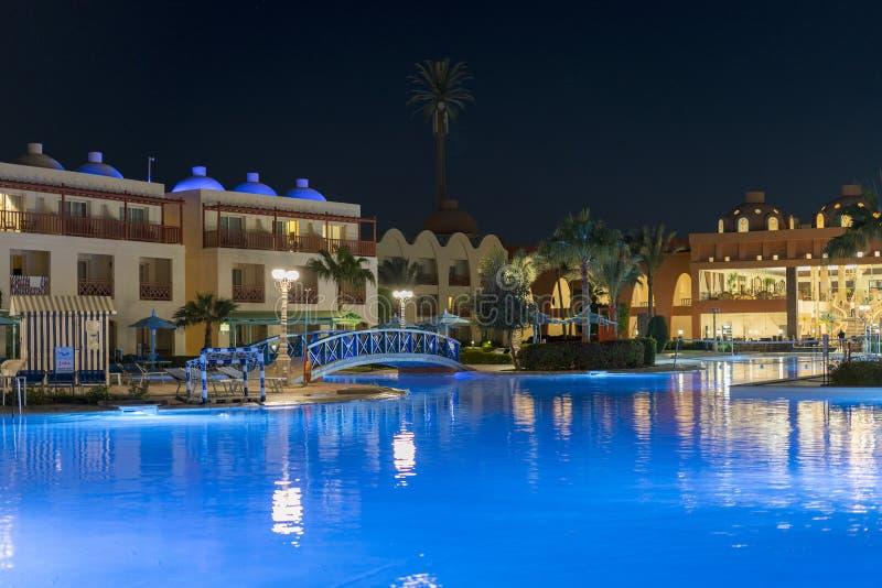 plażowi Egypt hurghada ludzie Listopadu 19 2018 luksusowy kurort z basenem przy noc widokiem hotelowy plenerowy krajobraz z basen zdjęcie royalty free