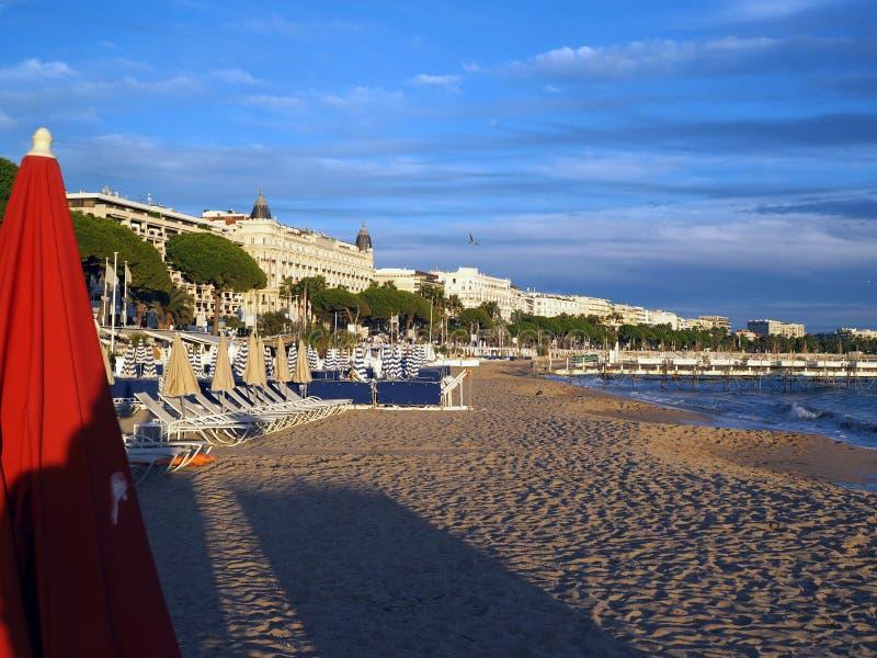 Plażowi i sławni hotele wzdłuż Deptaka De Los angeles Croisette Cannes F obrazy stock