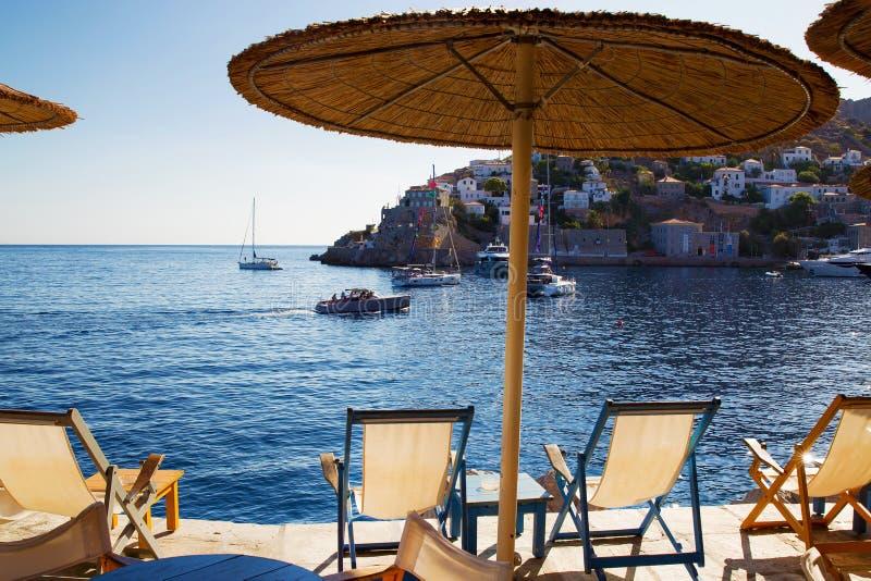 Plażowi krzesła i pokrywająca strzechą markiza zdjęcia royalty free