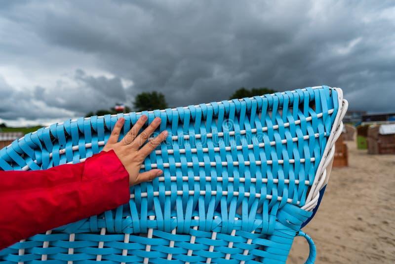 Plażowi krzesła inaczej reżyserujący przy plażą w Dangast Niemcy fotografia royalty free