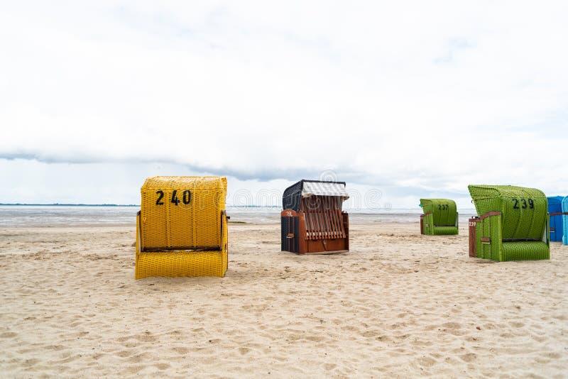 Plażowi krzesła inaczej reżyserujący przy plażą w Dangast Niemcy zdjęcia royalty free