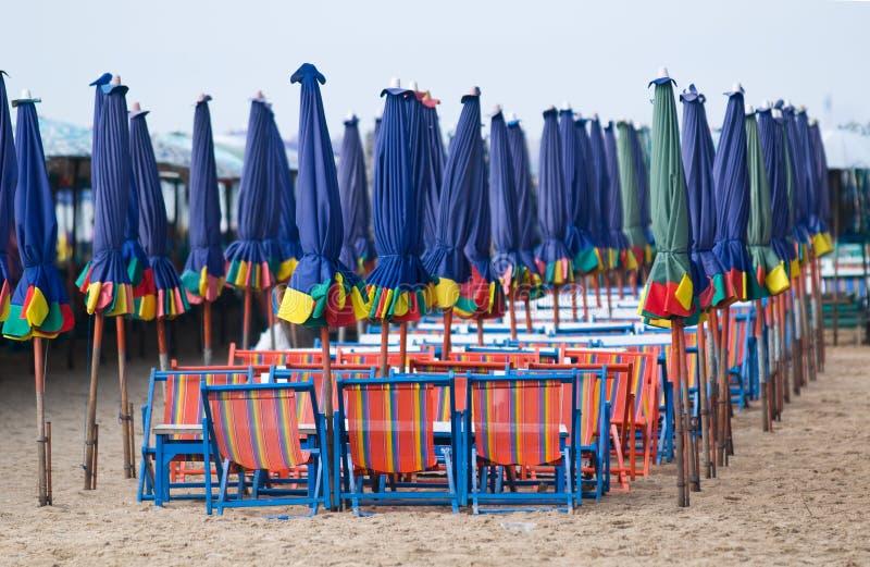 plażowi krzesła opróżniają parasols obrazy royalty free