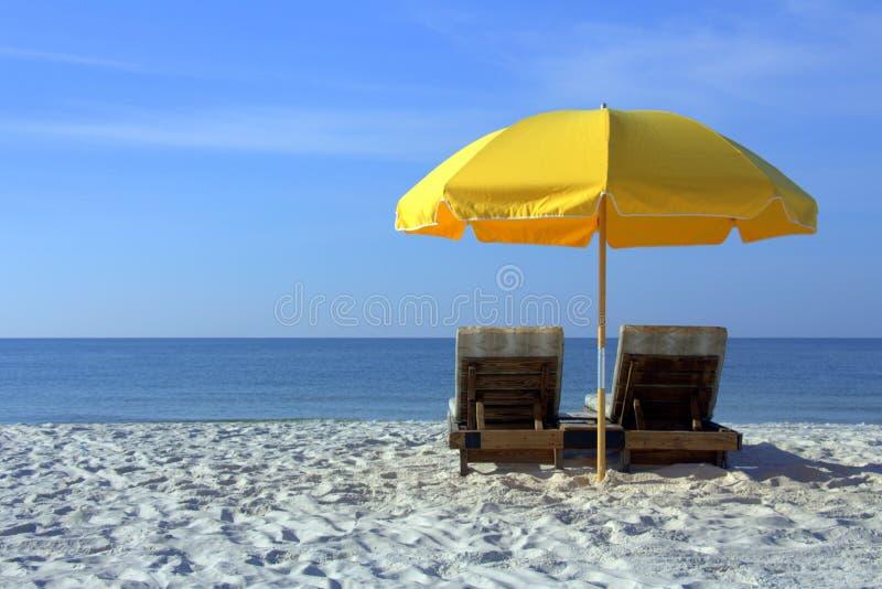 Plażowi krzesła z Żółtym parasolem na Białej Piaskowatej plaży fotografia stock