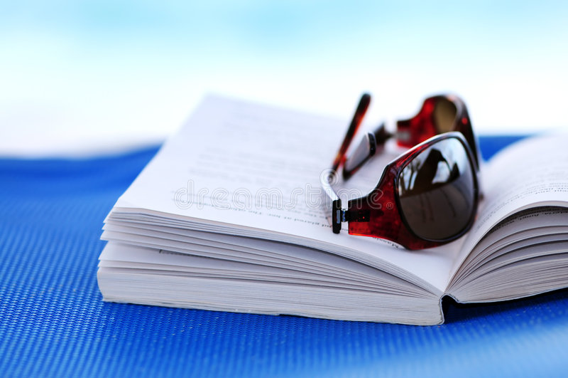plażowi krzesło książkowi okulary przeciwsłoneczne obraz royalty free