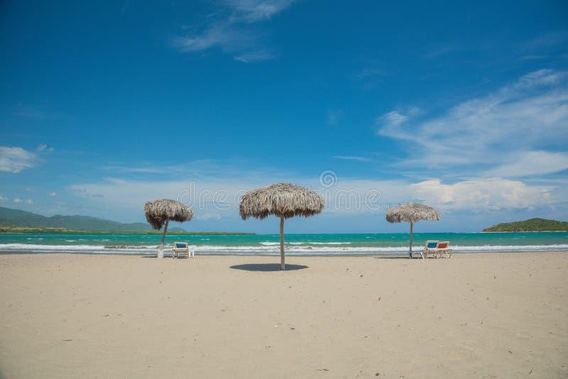 Plażowi parasole na morzu karaibskim zdjęcia royalty free