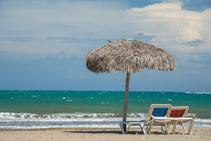 Plażowi parasole na morzu karaibskim zdjęcie royalty free