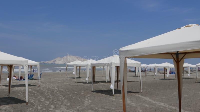 Plażowi parasole w Costa Del Zol plaży, południe Lima zdjęcie royalty free