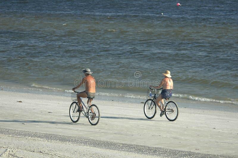 plażowi rowerzyści obraz royalty free