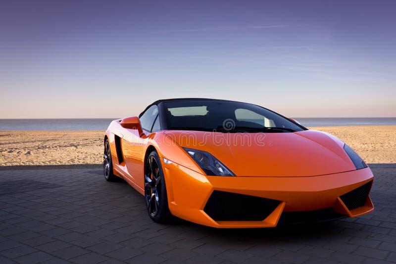 plażowi samochodowi luksusowi pobliski pomarańczowi sporty obraz royalty free