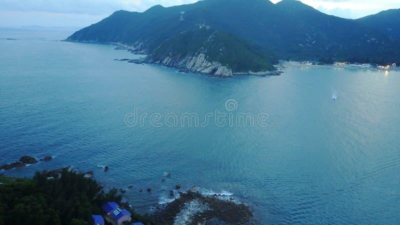 Plażowy błękitny morze skały anteny dom plaża zdjęcie royalty free