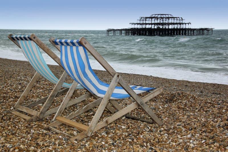 plażowy Brighton deckchairs molo zachodni obrazy stock