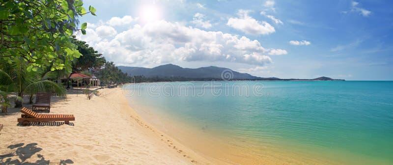 plażowy bryczki longue morze tropikalny zdjęcie royalty free