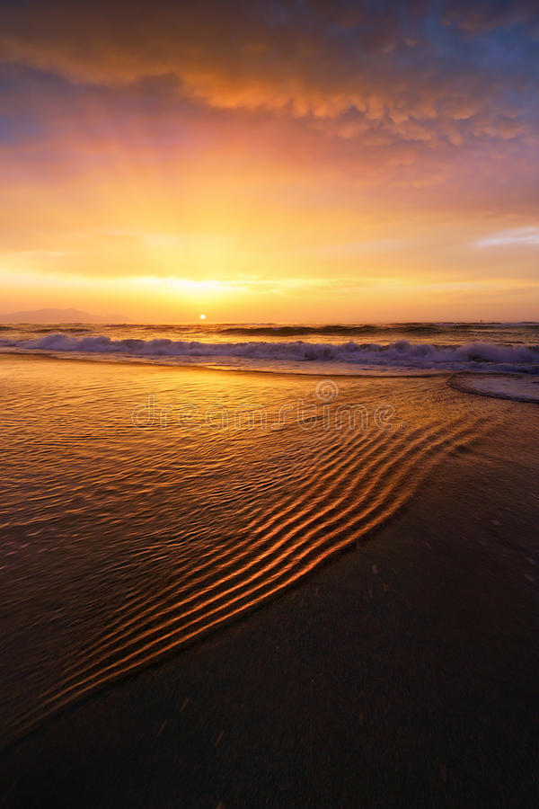 Plażowy brzeg przy zmierzchem zdjęcie stock
