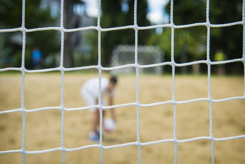 Plażowy gracz piłki nożnej przez sieci Rio olimpiady zdjęcie stock