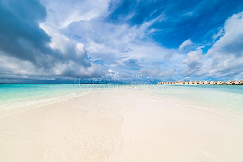 Plażowy krajobraz, wodne wille i cudowny błękitny morze pod niebieskim niebem, obrazy royalty free