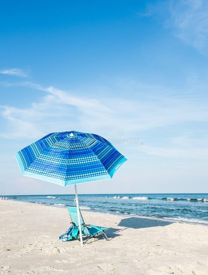 Plażowy krzesło i parasol obrazy royalty free