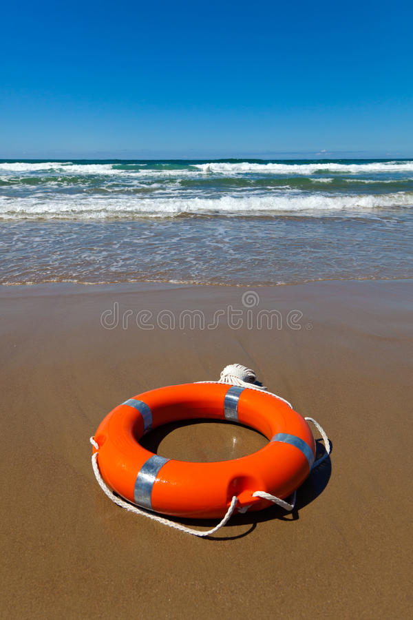 plażowy lifebuoy łgarski czerwony piasek obraz royalty free