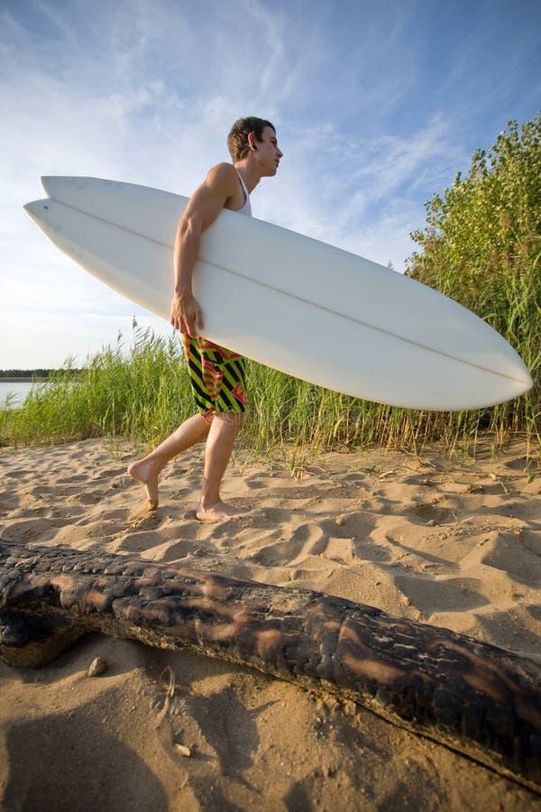 plażowy mienia surfboard odprowadzenie obrazy royalty free