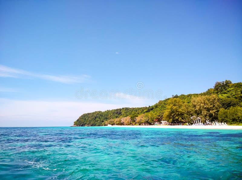 Plażowy niebo i morze przy wyspą, Thailand fotografia stock