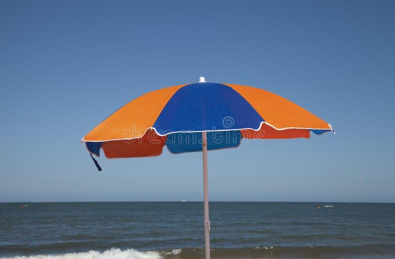 Plażowy parasol Colourfull Przeciw niebieskiemu niebu i morzu fotografia royalty free
