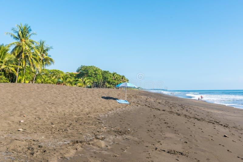 Plażowy parasol i ręcznik przy playa hermosa en Costa Rica - wybrzeże pacyfiku obraz royalty free