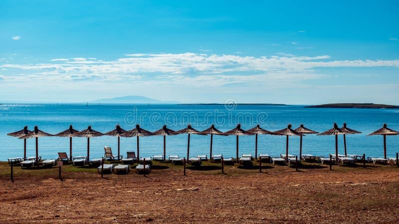 Plażowy parasol przy morzem w Premantura obrazy stock