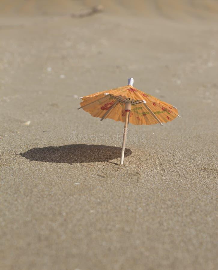 Plażowy piasek i parasol dla koktajli/lów obraz stock