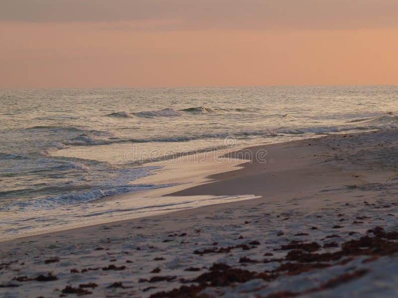 Plażowy piaska oceanu fala molo chmurnieje niebo zdjęcia stock