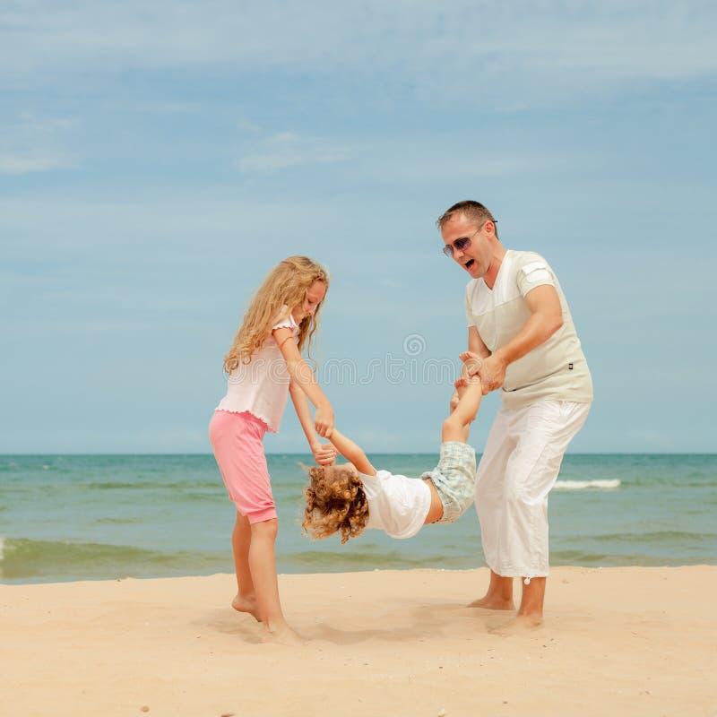 Download Plażowy Rodzinny Szczęśliwy Bawić Się Obraz Stock - Obraz złożonej z dziewczyna, dzień: 41953653