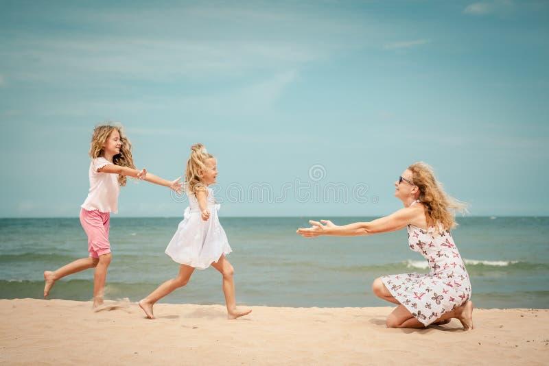 Download Plażowy Rodzinny Szczęśliwy Bawić Się Obraz Stock - Obraz złożonej z dzieciak, matka: 41954097