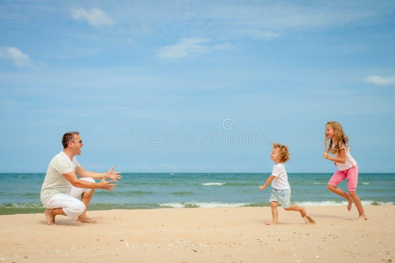 Download Plażowy Rodzinny Szczęśliwy Bawić Się Obraz Stock - Obraz złożonej z dziecko, trochę: 41954119
