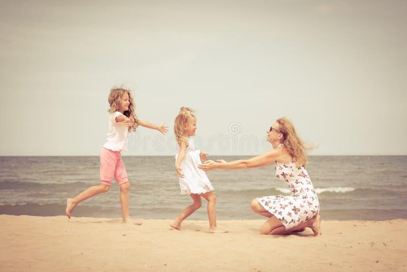 Download Plażowy Rodzinny Szczęśliwy Bawić Się Zdjęcie Stock - Obraz złożonej z ludzie, playing: 41954176