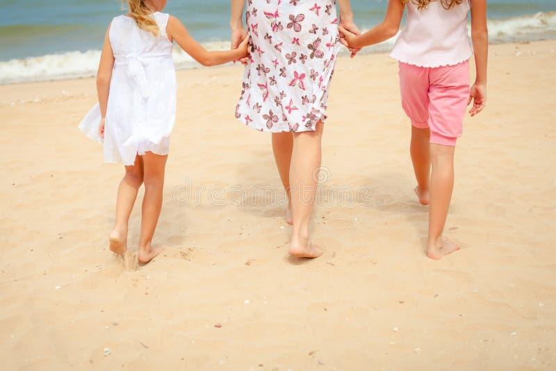 Download Plażowy Rodzinny Szczęśliwy Bawić Się Obraz Stock - Obraz złożonej z ręka, miłość: 41954207