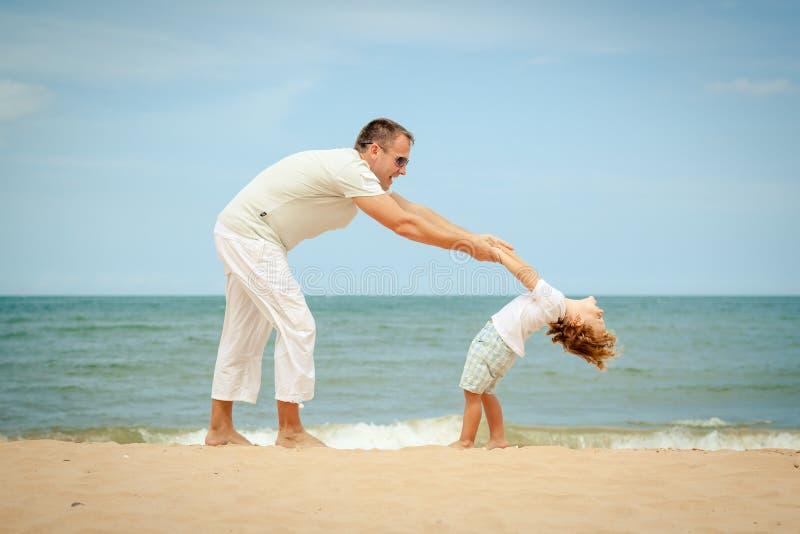 Download Plażowy Rodzinny Szczęśliwy Bawić Się Obraz Stock - Obraz złożonej z lifestyle, szczęście: 41954249