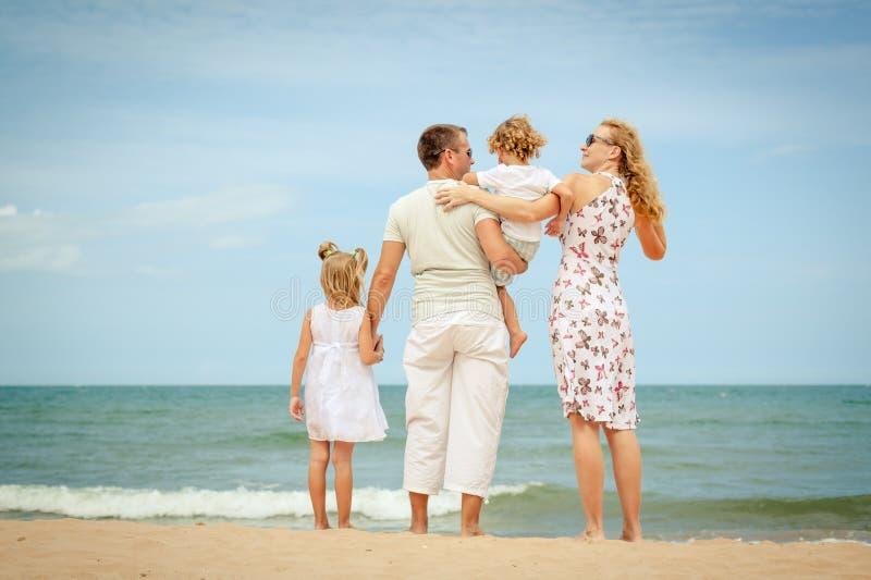Download Plażowy Rodzinny Szczęśliwy Bawić Się Obraz Stock - Obraz złożonej z playing, dzieciak: 41954267