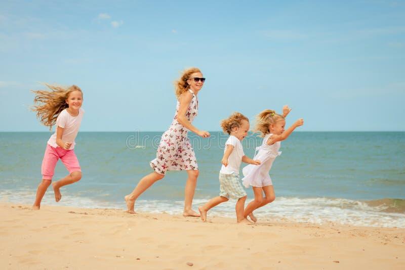 Download Plażowy Rodzinny Szczęśliwy Bawić Się Obraz Stock - Obraz złożonej z ręka, plaża: 41954385